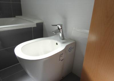 baño principal apartamentos en playa de Piles